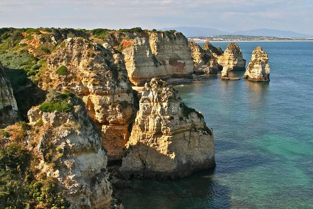 portugal ponta da piedade wikimedia - De 16 mooiste plekken in Portugal voor een waanzinnige rondreis