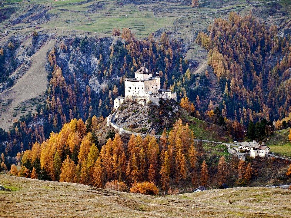 kasteel tarasp pixabay featured - De 36 mooiste kastelen in Europa voor iedereen die vanbinnen stiekem een prinses is